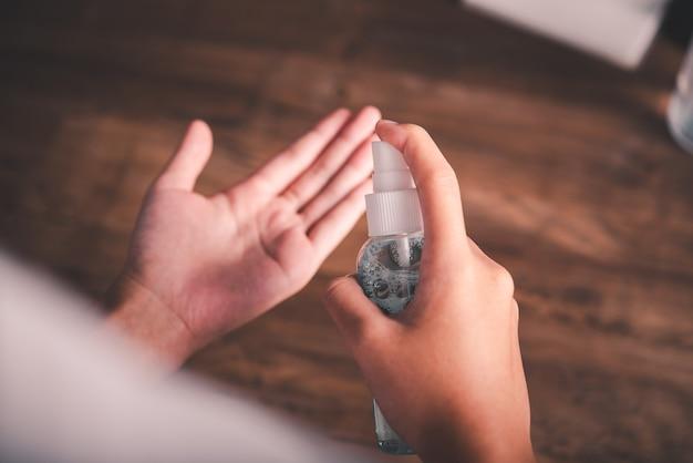 Stosowanie alkoholu w sprayu do rąk do dezynfekcji, zapobiegania rozprzestrzenianiu się bakterii i koronawirusa (covid-19).
