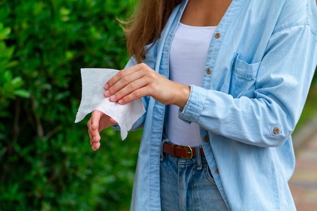 Stosowanie antybakteryjnych mokrych chusteczek do dezynfekcji rąk na zewnątrz