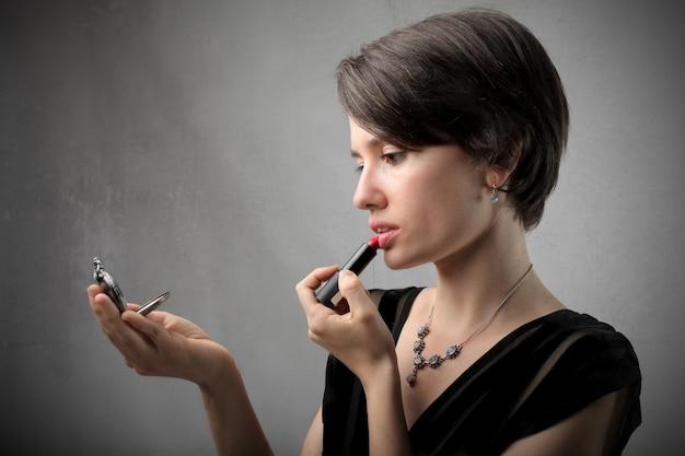 Stosowanie czerwonej szminki