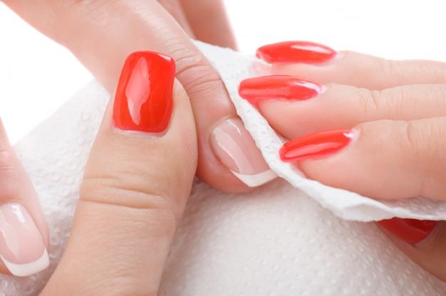Stosowanie manicure - wycieranie i czyszczenie