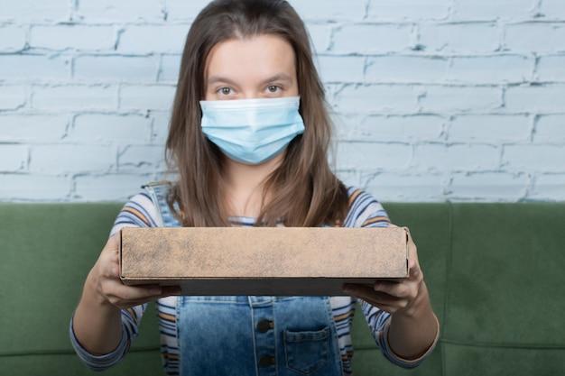 Stosowanie podstawowych technik zapobiegania zakażeniom w domu lub w biurze.