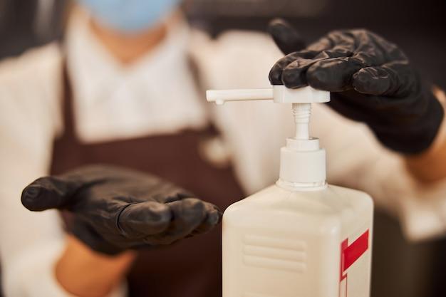 Stosowanie substancji odkażających w pracy podczas pandemii
