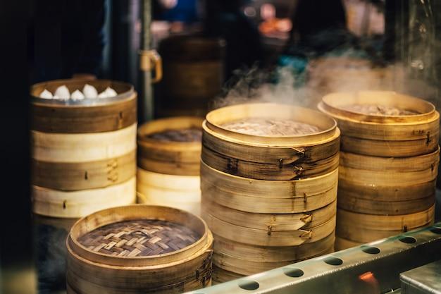 Stosy bambusowych parowców układają się na parze za dim sum.
