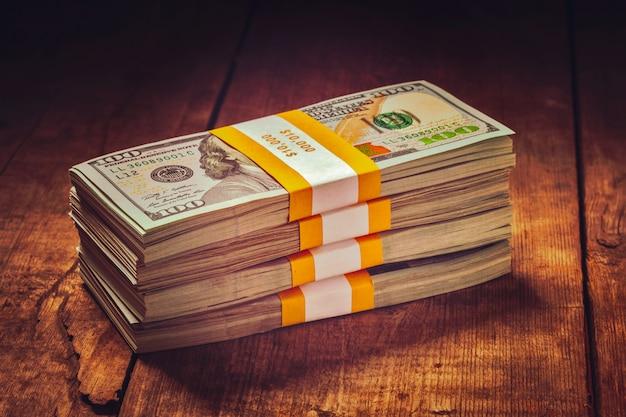 Stosy banknotów 100 dolarów amerykańskich z edycji 2013