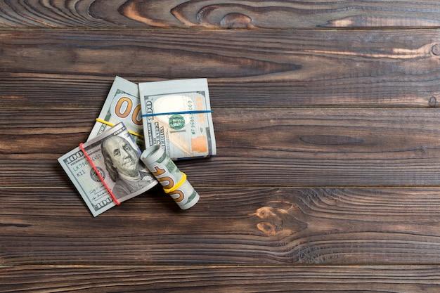 Stosy banknotów po sto dolarów