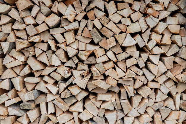 Stosy drewna opałowego na tle zimy