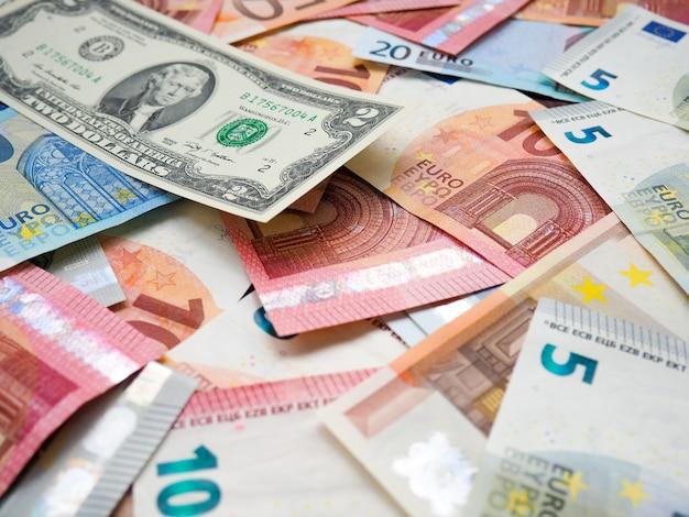 Stosy euro i dolarów