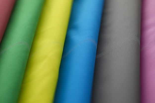 Stosy kolorowych ubrań