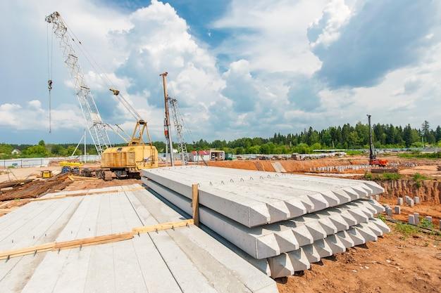 Stosy leżą na ziemi na nowym placu budowy