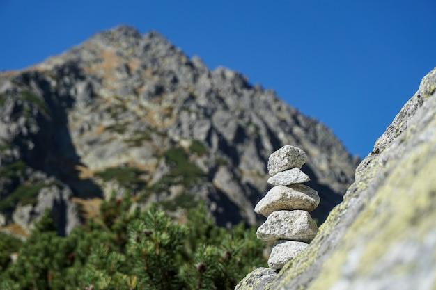 Stosy małych kamieni w tatrach wysokich na słowacji