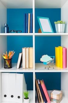 Stosy materiałów i dokumentów w biurze i na półkach
