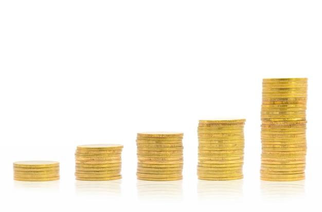 Stosy monet na białym tle