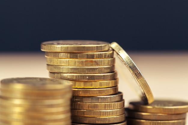 Stosy monet na stole roboczym