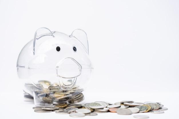 Stosy monet z skarbonki. oszczędność pieniędzy, emerytura.