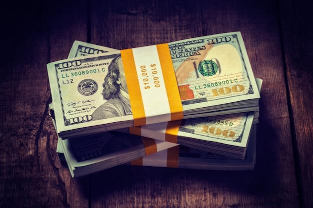 Stosy nowych rachunków banknotów 100 dolarów amerykańskich 2013