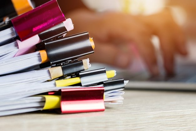 Stosy papierów dokumentują pliki informacje biznesowe raporty papierowe z kolorowymi spinaczami