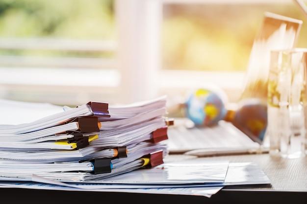 Stosy papierów dokumentują pliki informacyjne raporty biznesowe