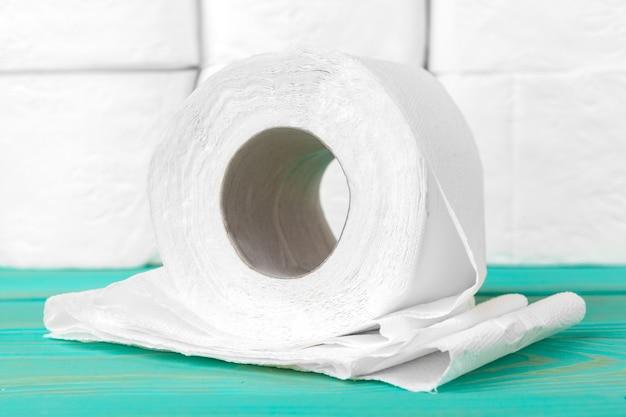 Stosy papieru toaletowego na jasnożółtym
