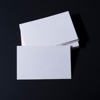 Stosy pustych białych wizytówek firmowych