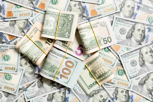 Stosy rachunków w dolarach amerykańskich. sto banknotów dolarowych ze stosem pieniędzy w środku. odgórny widok biznes dalej z copyspace