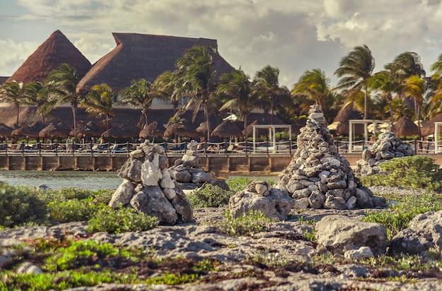 Stosy skał zen pośrodku skalistego wybrzeża puerto aventuras na riwierze majów w meksyku
