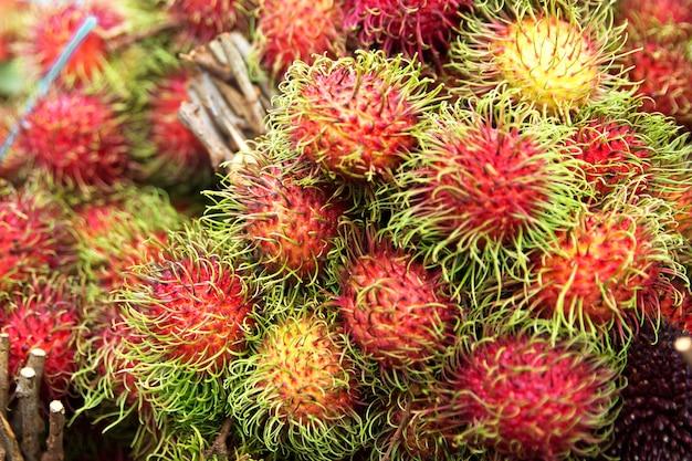 Stosy słodkich pysznych owoców rambutanu. koncepcja zdrowego odżywiania.