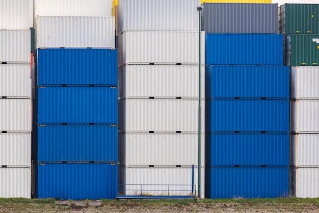 Stosy towarów w kontenerach ładunkowych