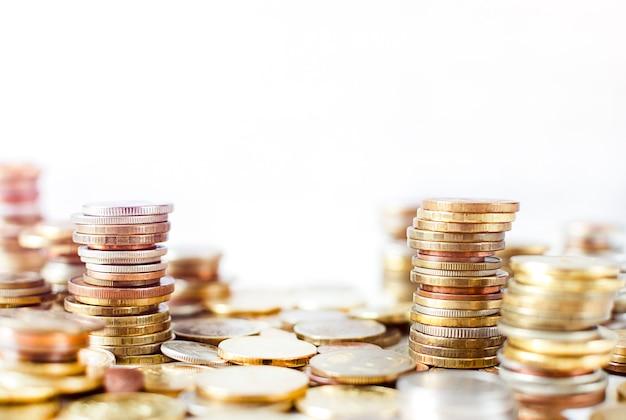 Stosy złotych monet na białym tle