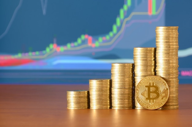 Stosy złotych monet na drewnianym stole