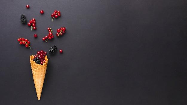 Stożek lodów płaskich z jagodami z miejsca na kopię