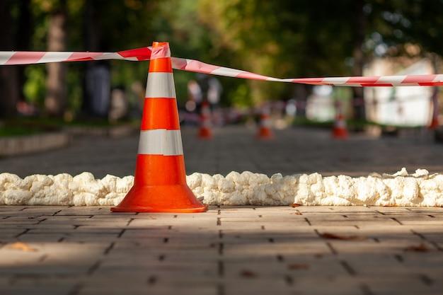 Stożek ruchu z czerwoną białą taśmą ostrzegawczą.