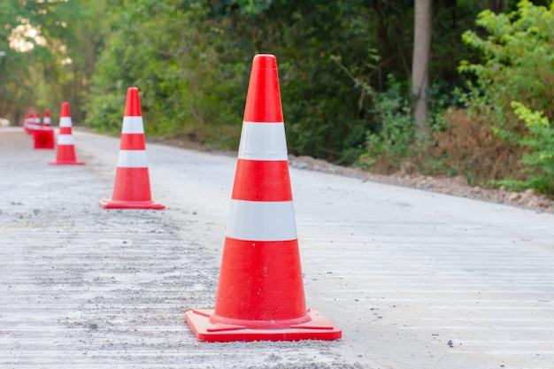 Stożki drogowe są umieszczane na budowanych drogach.