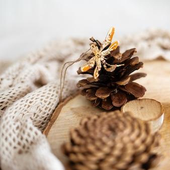 Stożki na drewnianym pniu otoczone białymi koronkowymi tkaninami