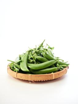 Strąk zielonego groszku w bambusowym pojemniku