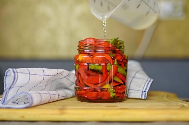 Strąki gorzkiego pieprzu w puszkach. papryczka chili. tło rolnicze z warzywami. żniwny. sprzedaż warzyw w puszkach.