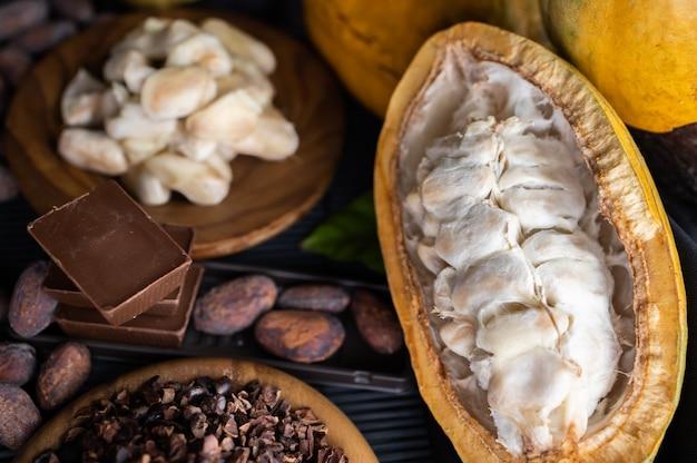 Strąki kakao, fasola i proszek na drewnianym stole, widok z góry