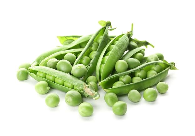 Strąki ze świeżym zielonym groszkiem na białym tle