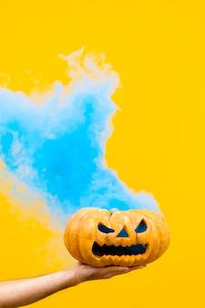 Straszna bania halloweenowa z błękitnym dymem