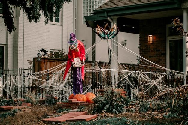 Straszna dekoracja ogrodowa klauna