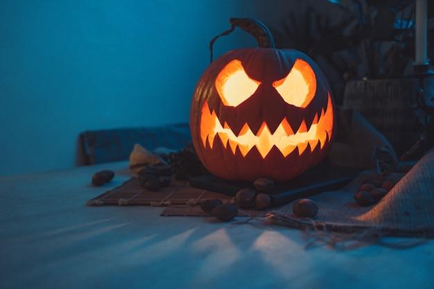 Straszna dynia halloween ciemne tło z kolorowymi światłami motyw halloween straszna pocztówka