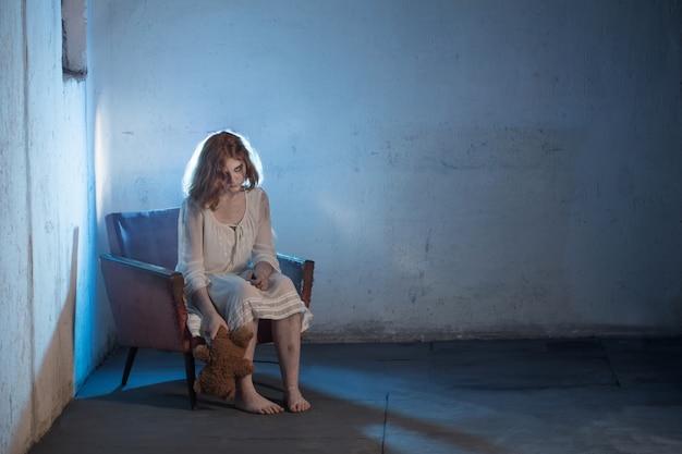 Straszna dziewczyna w białej sukni z horroru w pokoju