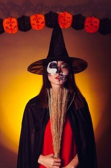 Straszna dziewczyna w strój halloween