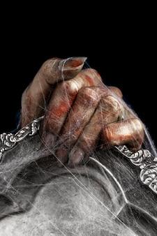 Straszna kobieca ręka zombie na lustrze