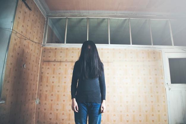 Straszna kobieta-duch w nawiedzonym domu
