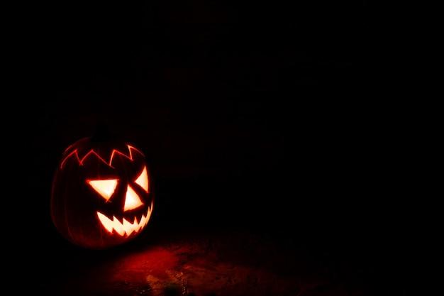 Straszna latarnia z dyni halloween w nocy w ciemności