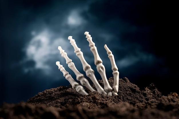 Straszna ręka szkieletu z ziemi