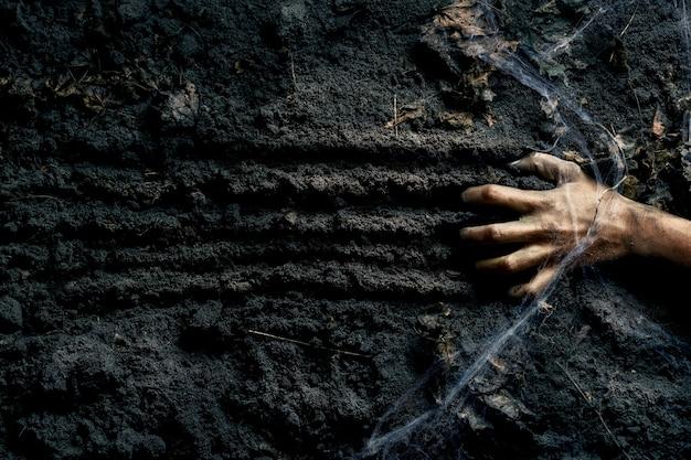 Straszna ręka zombie na ziemi