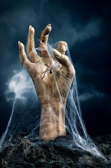 Straszna ręka zombie z pająkiem