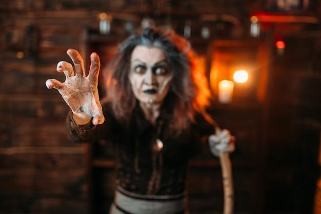 Straszna wiedźma wyciąga ręce, widok z przodu