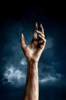 Straszna żeńska ręka zombie w nocy